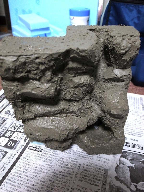 小型ビバリウム作成。バックパネルにモルタルを盛る。全然混ぜ具合がわからない!
