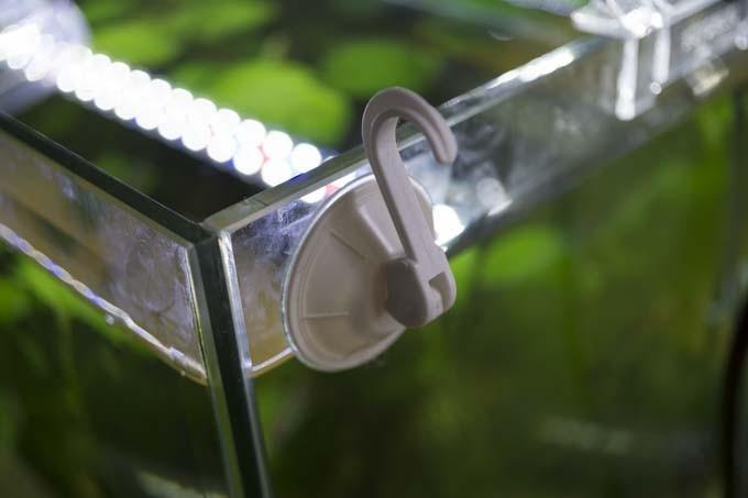 水槽の外にフック付き吸盤を付ける
